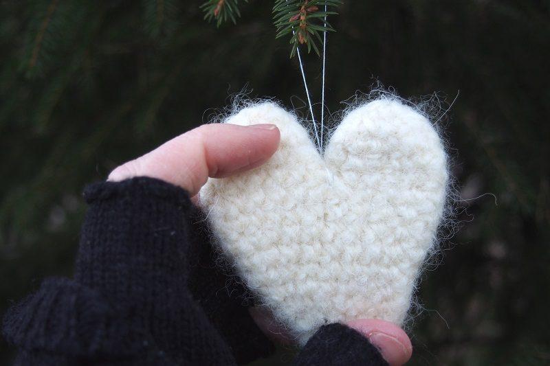 pc107632-valkoinen-huovutettu-sydan-pien